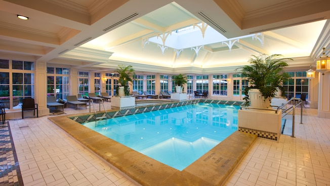 Piscines du disneyland hotel disneyland paris for Piscine hotel paris