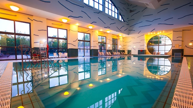 Piscine du disney 39 s hotel new york disneyland paris for Piscine disneyland hotel