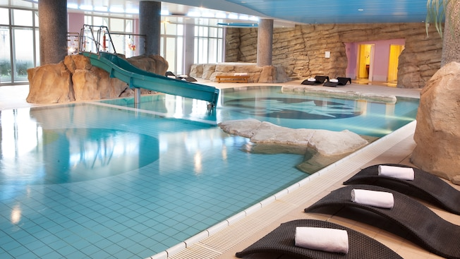Piscine de l 39 h tel vienna house dream castle disneyland for Piscine hotel paris